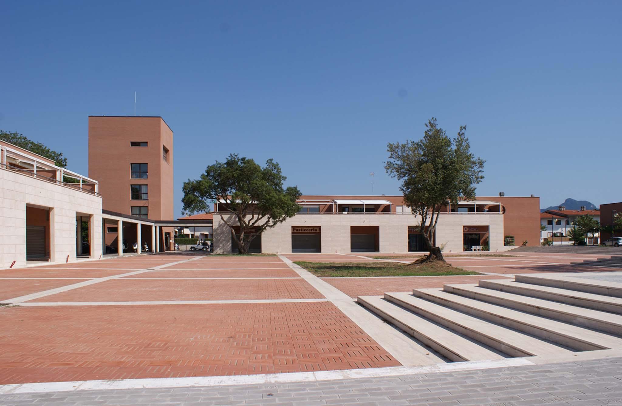 Sabaudia italie la place ermanno tomassetti r alis e en 2014 par ettore pe - Francois brugel architecte ...